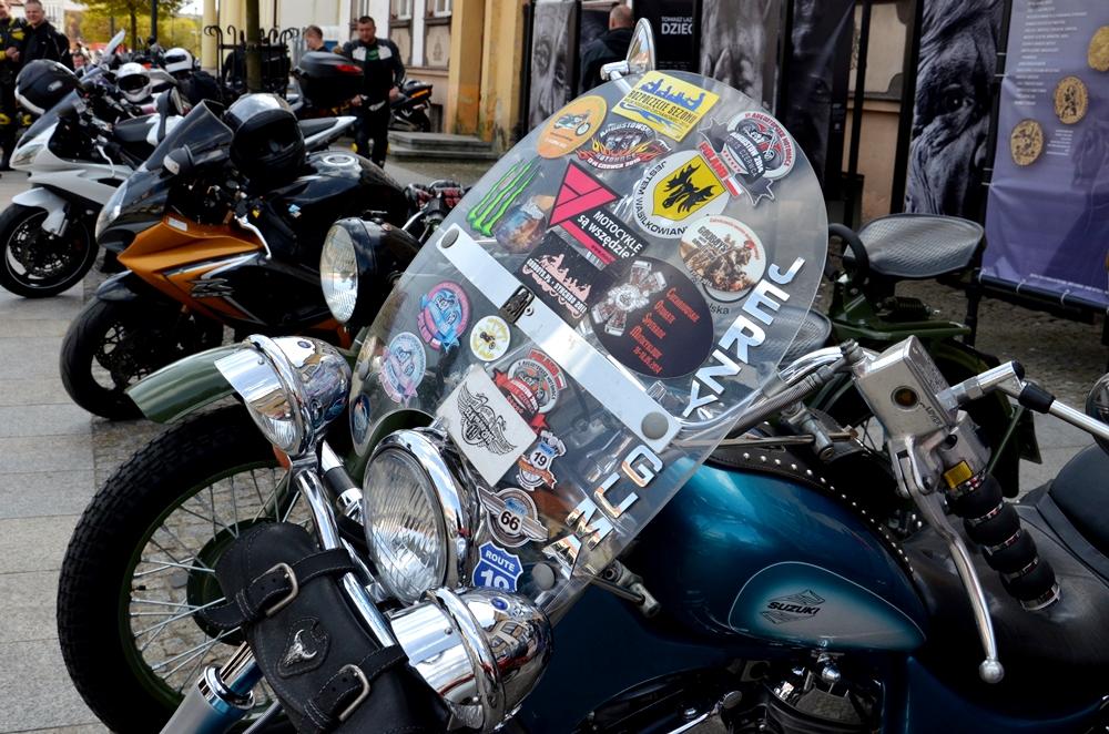 Stojące w rzędzie motocykle