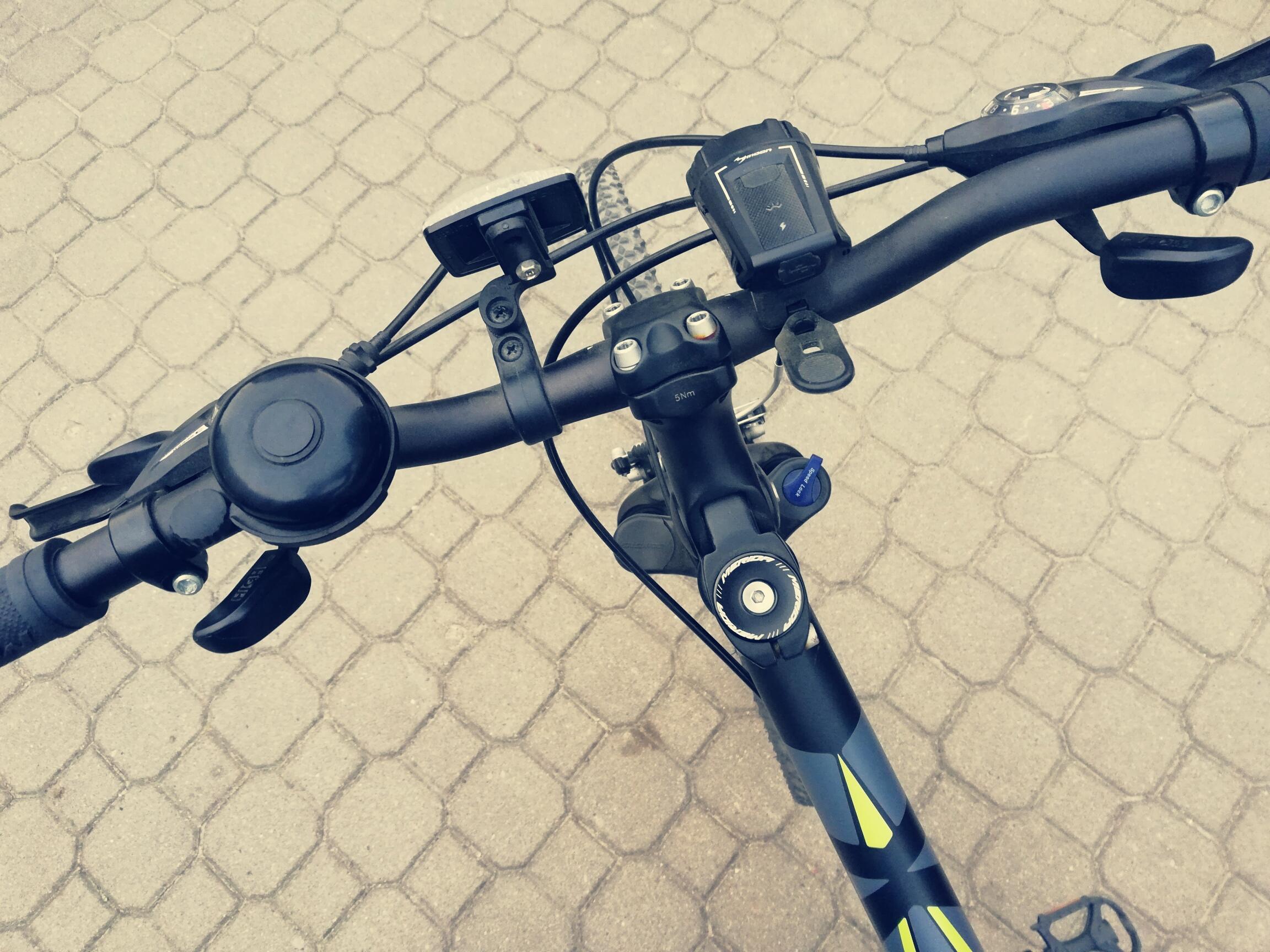 Z góry ujęta kierownica od roweru