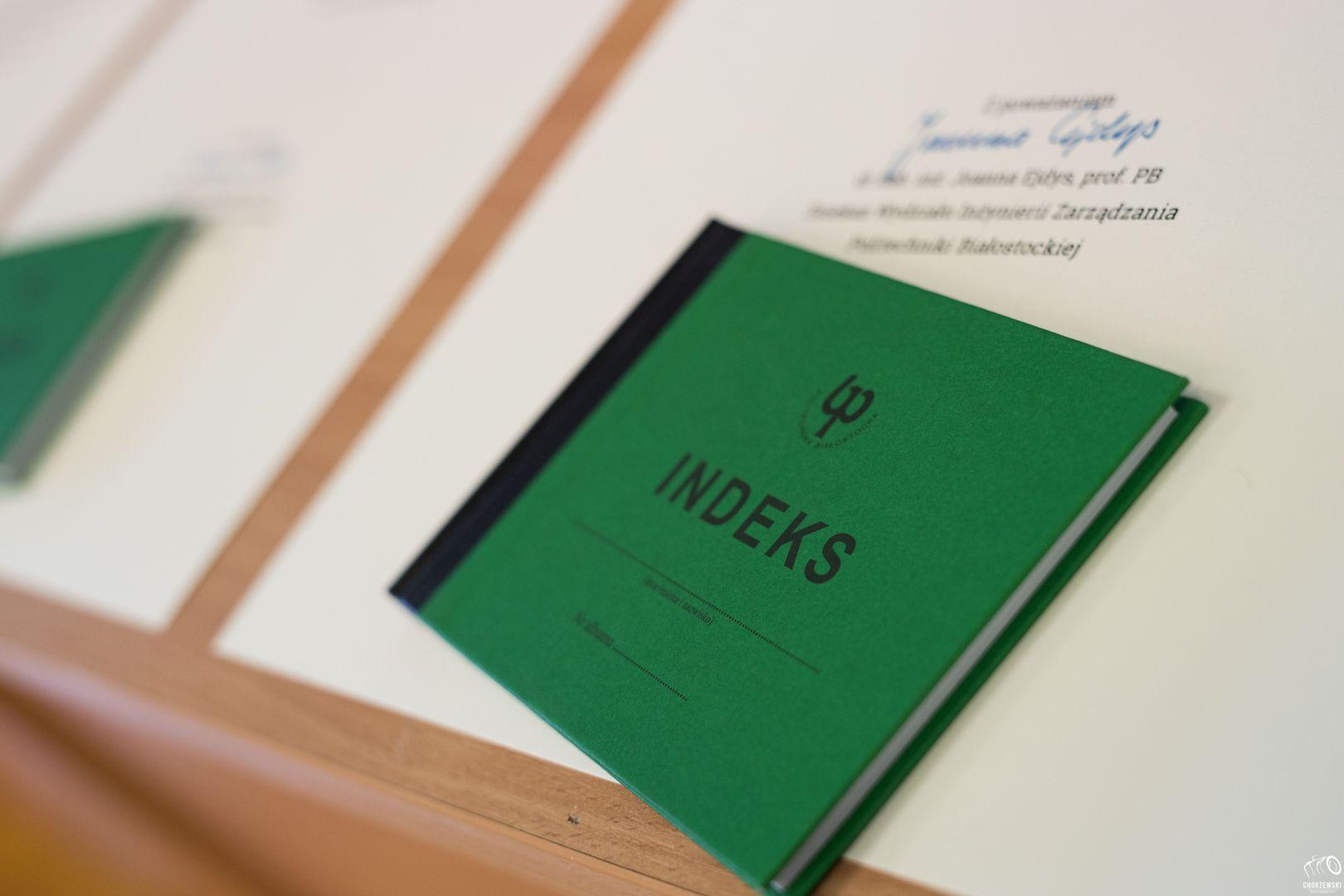 Zielony indeks leży na blacie stołu