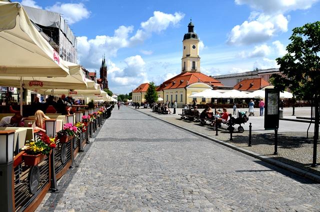 Centrum Białegostoku, W tle widać Ratusz, na pierwszym planie ogródki gastronomiczne