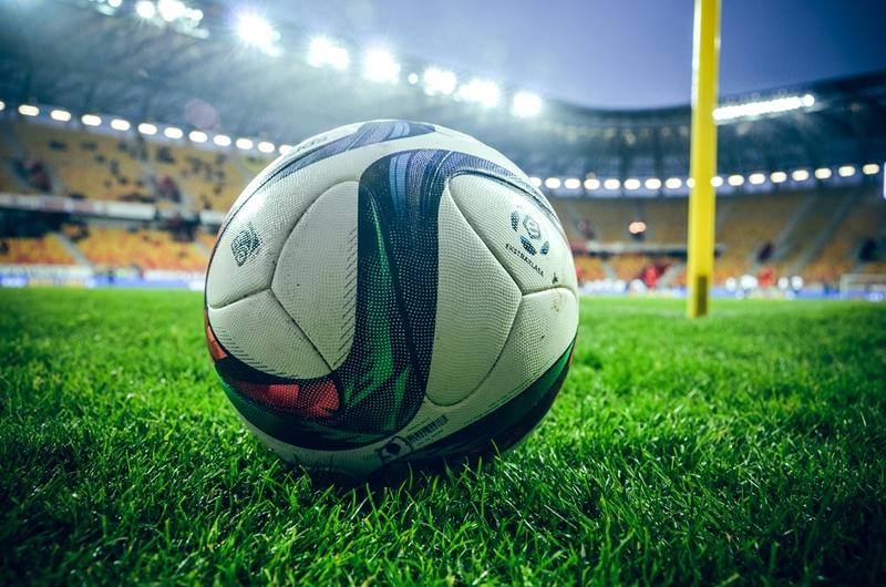 Piłka do gry piłkę nożną leży na murawie stadionu