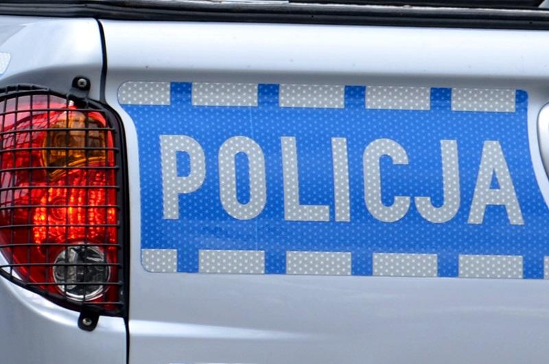 Napis policja, który znajduje się z tyłu samochodu