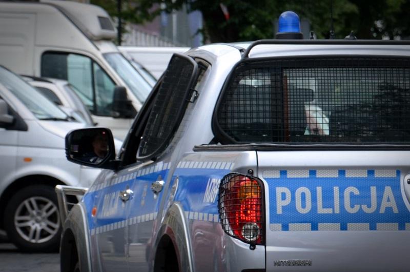 Samochód policji na parkingu