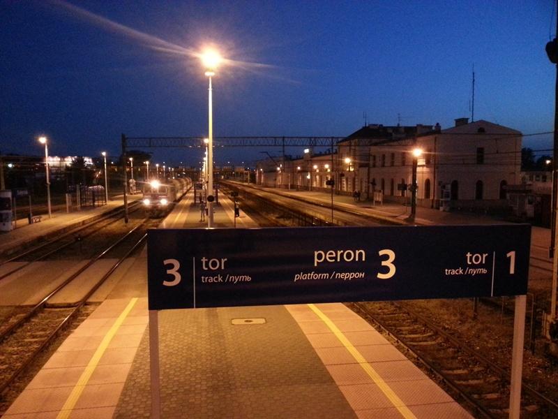 Dworzec PKP w Białymstoku nocą.
