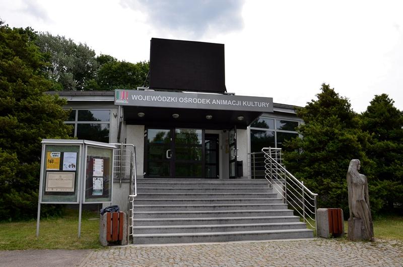 Wejście główne do Spodków Podlaskiego Instytutu Kultury w Białymstoku.