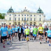 biegacze półmaratonu na dziedzińcu Pałacu Branickich
