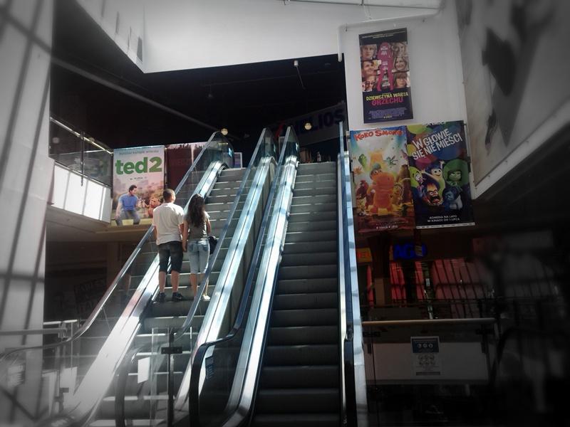 ruchomowe schody w galerii handlowej prowadzące do kina helios