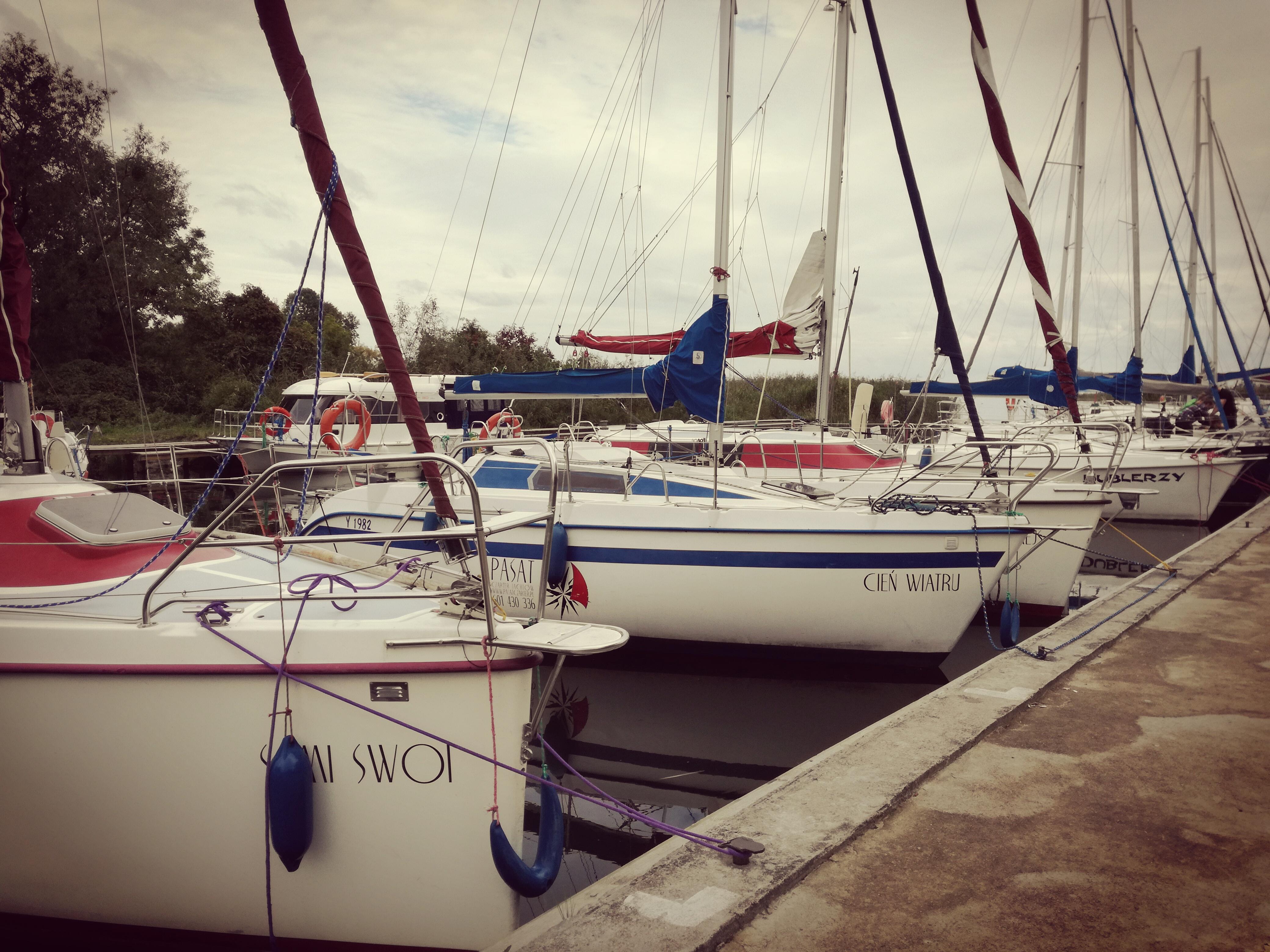 łódki przycumowane do pomostu