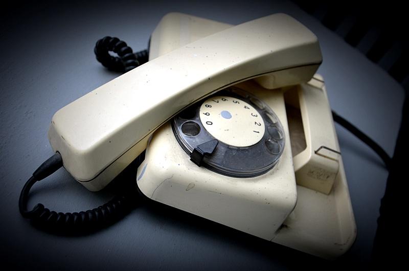Telefon stacjonarny w kolorze kremowym