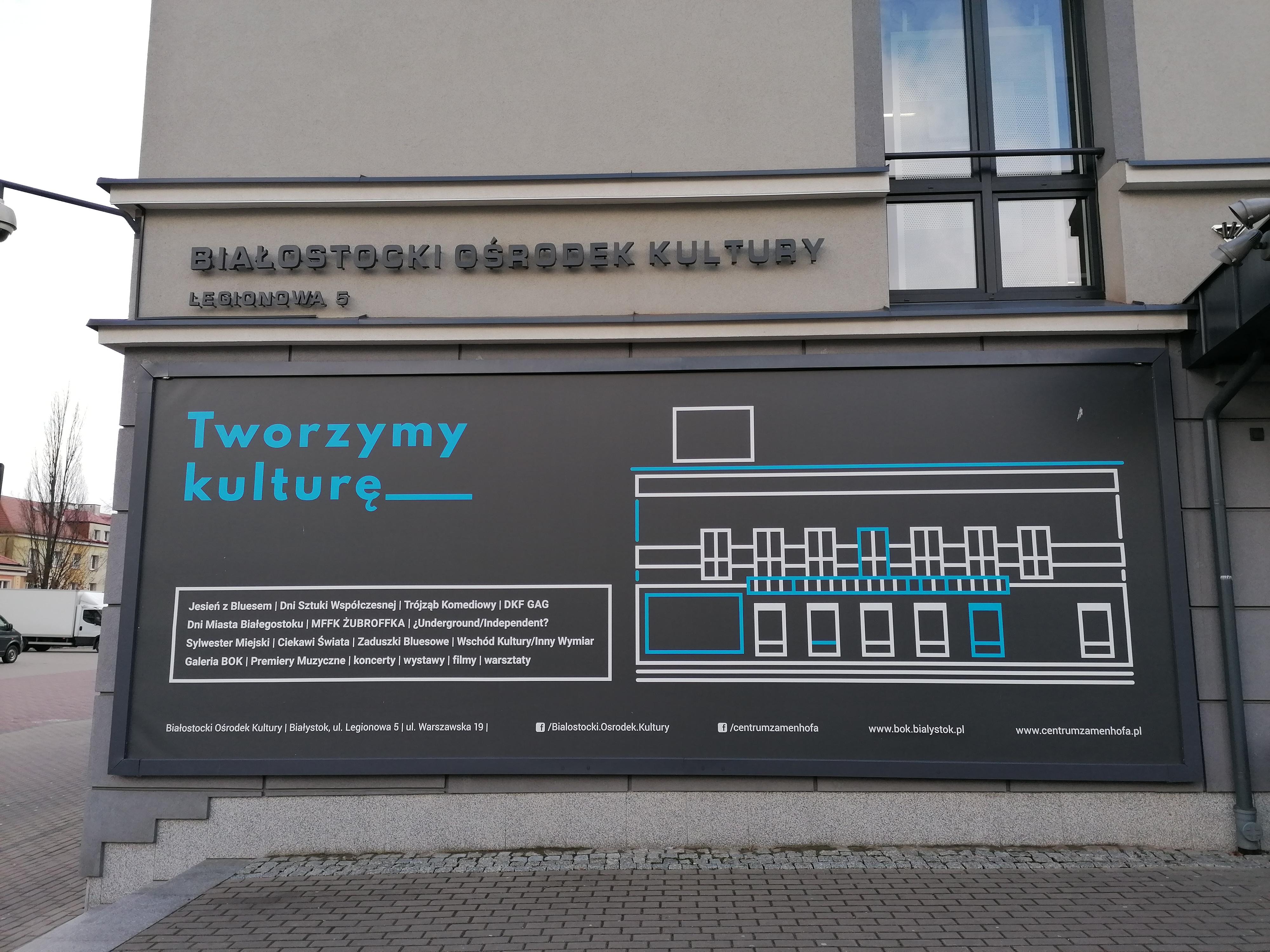 Budynek Białostockiego Ośrodka Kultury. Na ścianie znajduje się bilbord z napisem Tworzymy kulturę