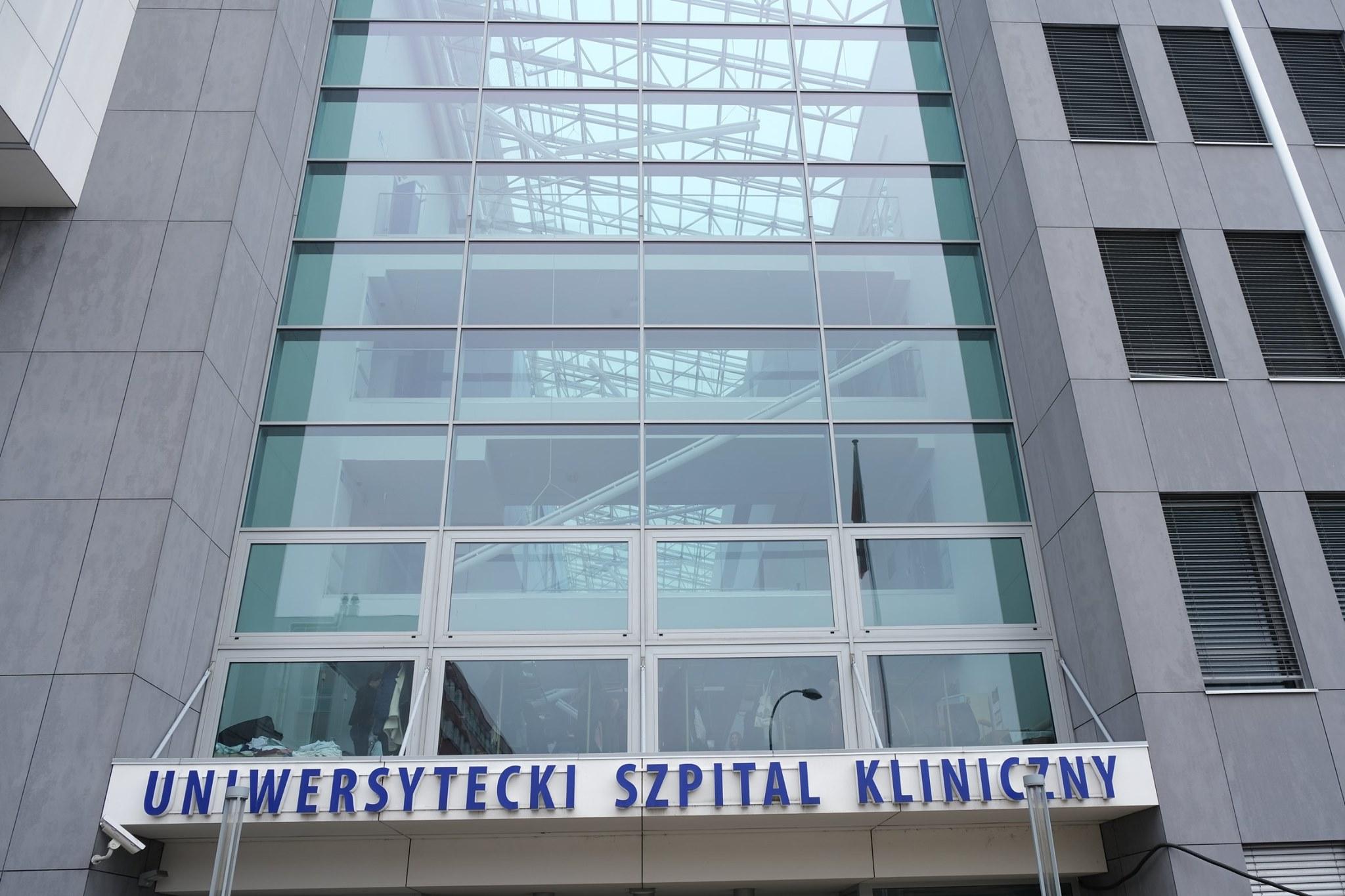 ściana budynku szpitala USK