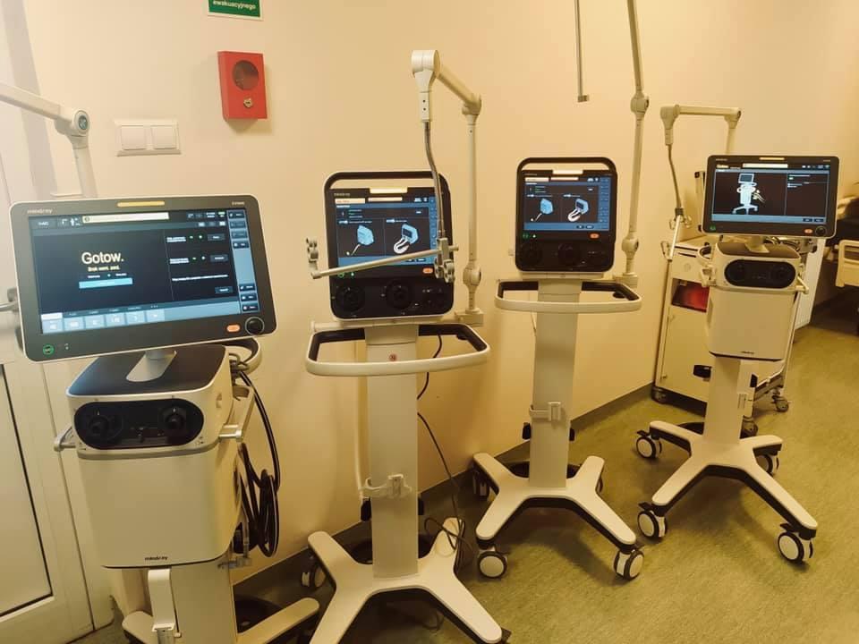 Cztery respiratory w sali szpitalnej