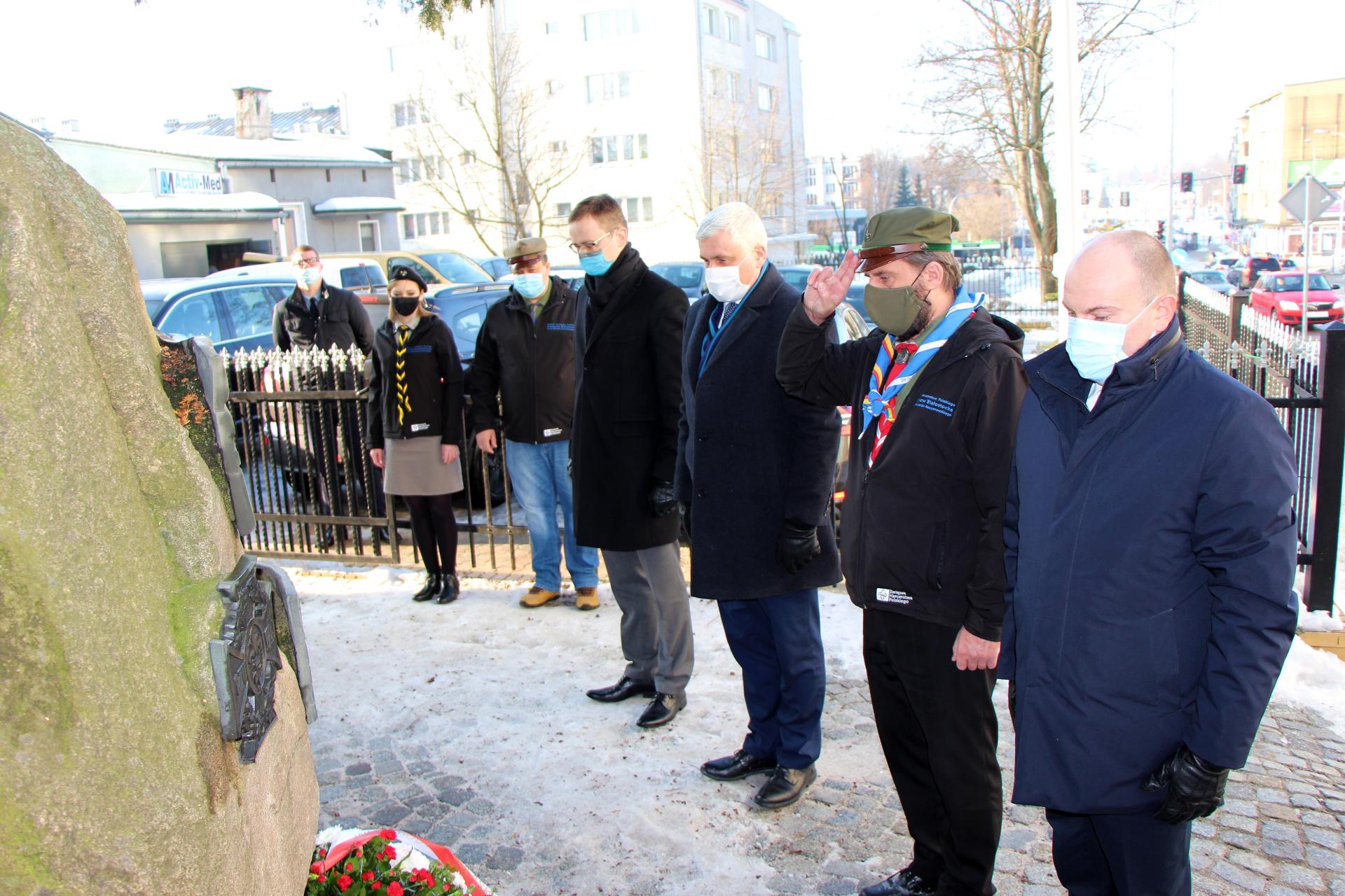 Od lewej marszałek, następnie, harcmistrz, wojewoda i wicewojewoda stoją przy pomniku Harcerzy Ziemi Białostockiej