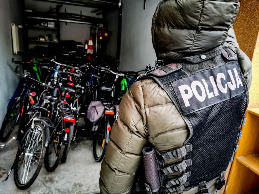 Policjant stoi przy skradzionych rowerach