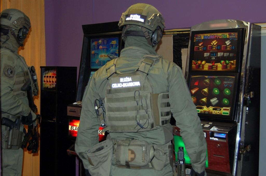 Funkcjonariusze KAS wewnątrz lokalu z nielegalnymi automatami
