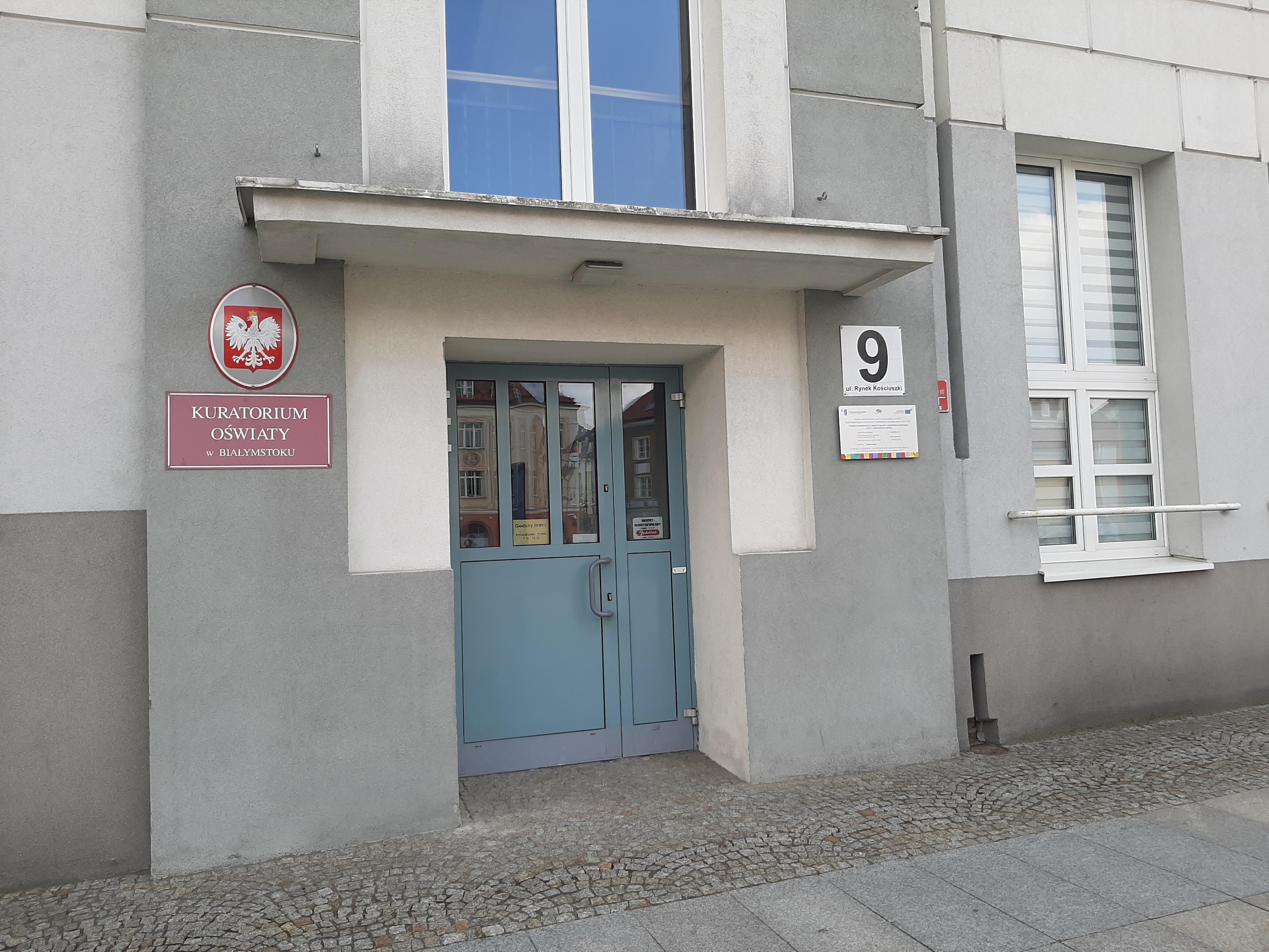 Wejście do Kuratorium Oświaty w Białymstoku