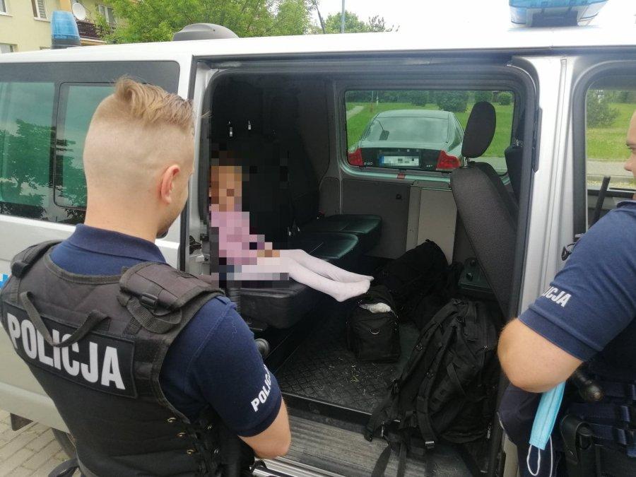 Małe dziecko siedzi w radiowozie policji