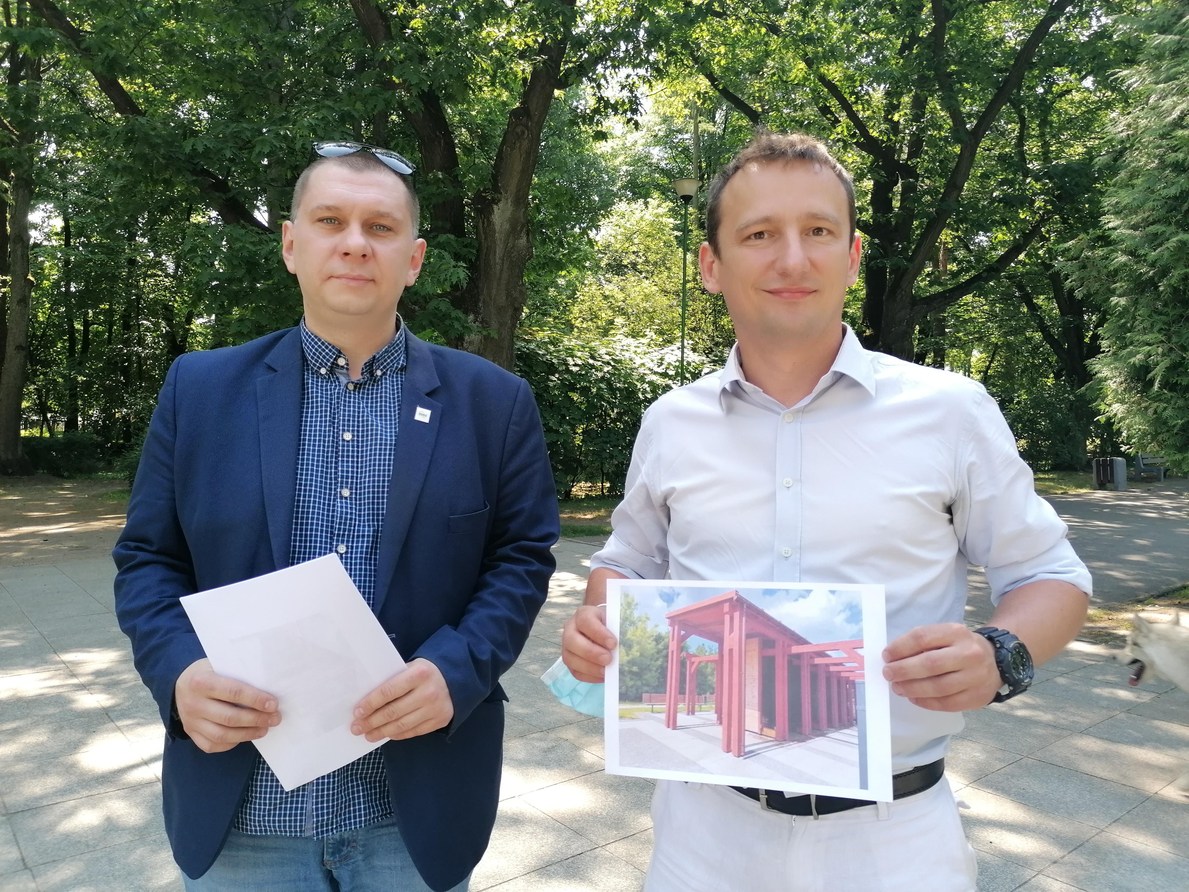 Dwaj mężczyźni stoją w parku