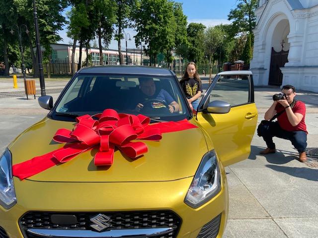 Zwycięzca loterii odbiera samochód