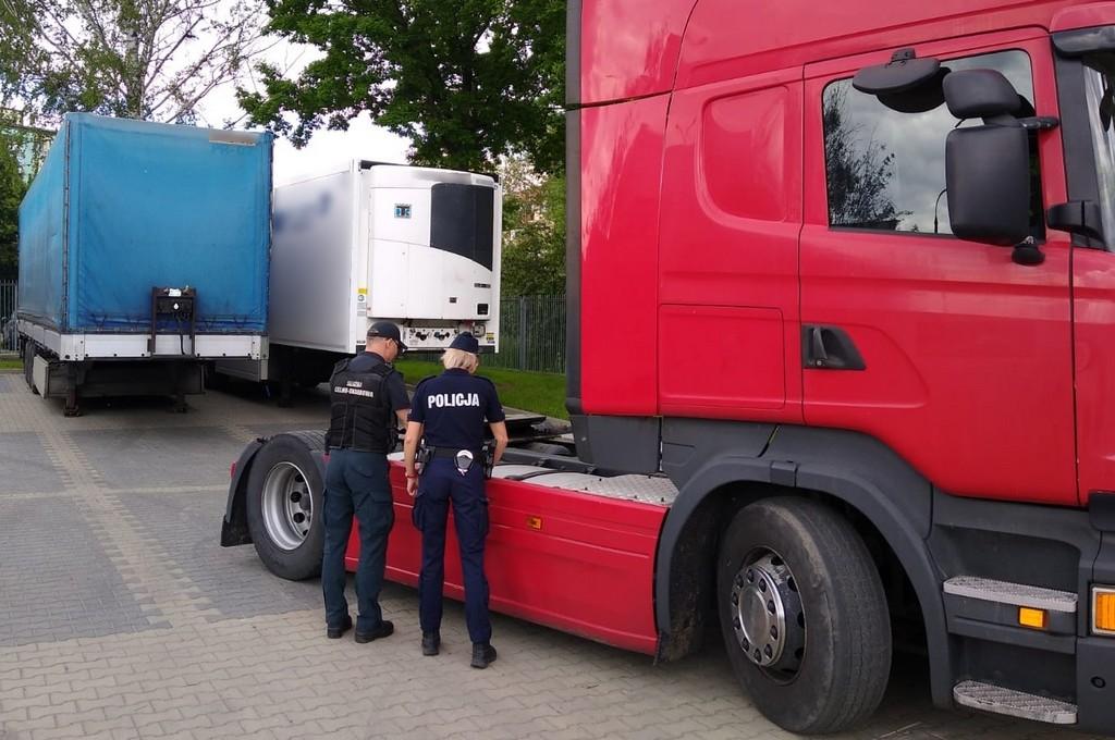 Funkcjonariusze KAS i policji przy ciągniku siodłowym